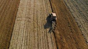 Ένας αγρότης σε ένα τρακτέρ προετοιμάζει το έδαφος για την πρόωρη εποχή άνοιξης Εργασία για τη αγροτική γη r φιλμ μικρού μήκους