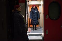 Ένας αγωγός τραίνων γυναικών που στέκεται στην πλατφόρμα Στοκ Φωτογραφίες