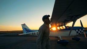 Ένας αεροπόρος που ελέγχει μικρό biplane, κλείνει επάνω απόθεμα βίντεο