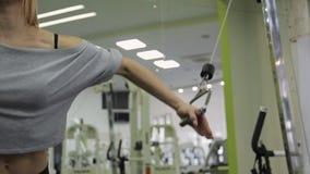 Ένας αθλητής γυναικών, τραίνα στο στήθος και το μέτωπο απόθεμα βίντεο