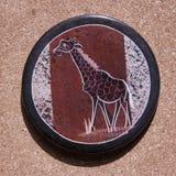 Ένας ακτοφύλακας πετρών από την Αφρική με χρωματισμένο giraffe στην κορυφή στοκ φωτογραφίες με δικαίωμα ελεύθερης χρήσης