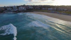 Ένας ανερχόμενος πυροβολισμός των σπιτιών που περιβάλλουν την παραλία Bondi φιλμ μικρού μήκους
