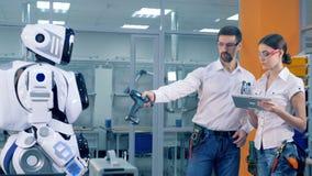 Ένας ανθρώπινος-όπως cyborg είναι τηλεχειριζόμενος και δίνεται ένα τρυπάνι φιλμ μικρού μήκους