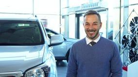Ένας απίστευτα ευτυχής αγοραστής κρατά τα κλειδιά σε ένα νέο αυτοκίνητο στοκ φωτογραφίες με δικαίωμα ελεύθερης χρήσης