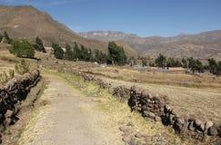 Ένας απλός βρώμικος δρόμος στο Περού στοκ εικόνες