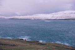 Ένας απομονωμένος κόκκινος φάρος στις Νήσους Φαρόι Στοκ Εικόνες