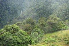 Ένας απόμακρος καταρράκτης δίνει έμφαση στην πολύβλαστη επαρχία Valverde Vega στη Κόστα Ρίκα στοκ φωτογραφία