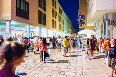 Ένας από τους κεντρικούς δρόμους στο κέντρο της παλαιάς πόλης Zadar είναι συσσωρευμένος τα θερινά βράδια στοκ φωτογραφία με δικαίωμα ελεύθερης χρήσης