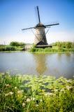 Ένας από τους πολυάριθμους μύλους που επιπλέουν στους ποταμούς Kinderdijk στοκ φωτογραφία