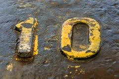 Ένας αριθμός δέκα κίτρινος σε έναν στυλίσκο Στοκ φωτογραφία με δικαίωμα ελεύθερης χρήσης