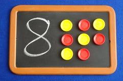 Ένας αριθμός οκτώ που γράφεται σε έναν μαύρο πίνακα Στοκ φωτογραφίες με δικαίωμα ελεύθερης χρήσης