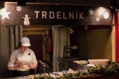 Ένας αρτοποιός στις παραδοσιακές αγορές Χριστουγέννων στην ειρήνη τετραγωνικό Namesti Miru στην Πράγα, Τσεχία Στοκ Φωτογραφία