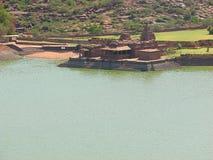 Ένας αρχαίος ναός με μια τεχνητή λίμνη, Badami Στοκ εικόνα με δικαίωμα ελεύθερης χρήσης