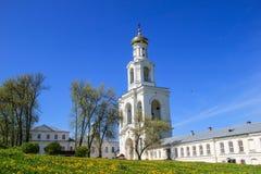 Ένας αρχαίος υψηλός άσπρος πύργος κουδουνιών Στοκ Εικόνες
