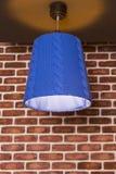 Ένας αρχικός πλεκτός λαμπτήρας που κρεμά σε έναν τοίχο ενάντια στοκ εικόνα με δικαίωμα ελεύθερης χρήσης