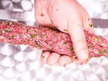 Ένας αρχιμάγειρας που κάνει shish kebab του κόκκινου κρέατος Στοκ φωτογραφία με δικαίωμα ελεύθερης χρήσης