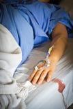 Ένας ασθενής χεριών με μια ενδοφλέβια σταλαγματιά στοκ φωτογραφία με δικαίωμα ελεύθερης χρήσης