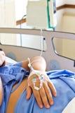 Ένας ασθενής χεριών με μια ενδοφλέβια σταλαγματιά στοκ φωτογραφίες με δικαίωμα ελεύθερης χρήσης