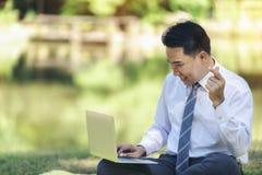Ένας ασιατικός επιχειρηματίας ήταν ευχαριστημένος να δει τις πληροφορίες για γεια στοκ εικόνες
