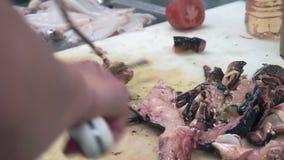 Ένας αστακός κοπής και καθαρισμού μαγείρων πρίν μαγειρεύει απόθεμα βίντεο