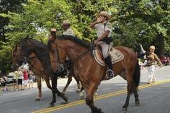Ένας αστυνομικός κρύβει το πρόσωπό της στην πλάτη αλόγου στοκ εικόνα με δικαίωμα ελεύθερης χρήσης