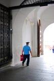 Ένας αστυνομικός περπατά στη Μόσχα Κρεμλίνο Στοκ Εικόνες