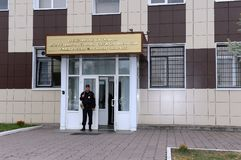 Ένας αστυνομικός στην είσοδο στην οικοδόμηση ενός χωριστού τάγματος της περιπόλου και της υπηρεσίας φρουράς Στοκ Εικόνες