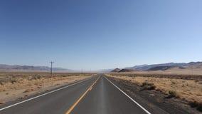 Ένας ατελείωτος δρόμος στην κοιλάδα θανάτου με το μπλε ουρανό, ΗΠΑ απόθεμα βίντεο