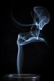 Ένας αφηρημένος λεπτός μπλε καπνός που ρέει από το κάθετο υπόβαθρο μπουκαλιών Στοκ Φωτογραφίες