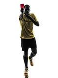 Ένας αφρικανικός διαιτητής ατόμων που στέκεται παρουσιάζοντας κόκκινη σκιαγραφία καρτών Στοκ εικόνες με δικαίωμα ελεύθερης χρήσης