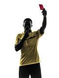Ένας αφρικανικός διαιτητής ατόμων που στέκεται παρουσιάζοντας κόκκινη σκιαγραφία καρτών Στοκ εικόνα με δικαίωμα ελεύθερης χρήσης