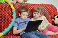 Ένας αδελφός και μια αδελφή παίζουν τον επίπεδος-πίνακα Στοκ φωτογραφία με δικαίωμα ελεύθερης χρήσης