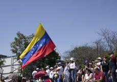 Ένας Βενεζουελανός κρατά τη σημαία ως αντιθέσεις Μάρτιος κατά τη διάρκεια μιας διαμαρτυρίας ενάντια στην κυβέρνηση Maduro στην υπ στοκ φωτογραφία