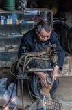 Ένας βιοτέχνης κάνει τα παπούτσια στοκ εικόνες