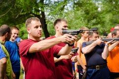 Ένας βλαστός ατόμων από το πνευματικό πιστόλι σε ανταγωνισμό Στοκ εικόνα με δικαίωμα ελεύθερης χρήσης
