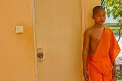 Ένας βουδιστικός μοναχός αρχαρίων ενός ναού όχθεων ποταμού σε Kampot, Καμπότζη στοκ φωτογραφίες