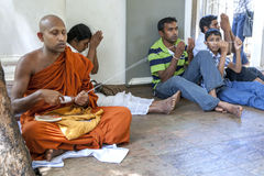 Ένας βουδιστικός μοναχός διανέμει τη σειρά κατά τη διάρκεια μιας θρησκευτικής τελετής μέσα στο Mahavihara σε Anuradhapura στη Σρι Στοκ Εικόνες