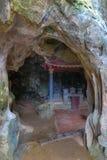 Ένας βουδιστικός ναός σε μια σπηλιά, επαρχία Ninh Binh, βόρειο Βιετνάμ Στοκ εικόνα με δικαίωμα ελεύθερης χρήσης