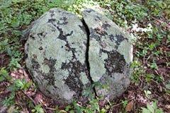 Ένας βράχος που χωρίζεται στο μισό Στοκ φωτογραφία με δικαίωμα ελεύθερης χρήσης