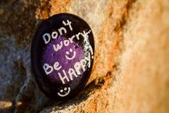 Ένας βράχος χρωμάτισε τη μαύρα και πορφυρά δήλωση & x22 Don& x27 η ανησυχία τ είναι ευτυχής! & x22  στοκ φωτογραφίες