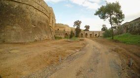Ένας βρώμικος δρόμος, υψηλοί τοίχοι σε μια βαθιά τάφρο του μεσαιωνικού φρουρίου Famagusta απόθεμα βίντεο
