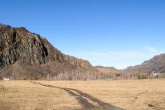Ένας βρώμικος δρόμος στα βουνά ηλιόλουστο ημερησίως άνοιξη στοκ εικόνες