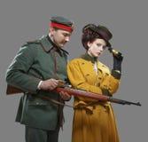 Ένας γερμανικός στρατιώτης με την κυρία στο κυνήγι στοκ εικόνες