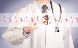 Ένας γιατρός που κρατά ένα χάπι καρδιών Στοκ Εικόνα