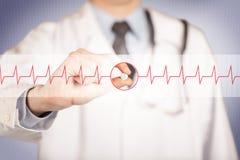 Ένας γιατρός που κρατά ένα χάπι καρδιών Στοκ φωτογραφία με δικαίωμα ελεύθερης χρήσης