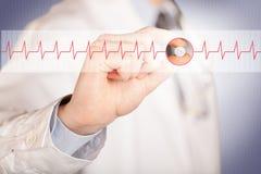 Ένας γιατρός που κρατά ένα χάπι καρδιών Στοκ εικόνες με δικαίωμα ελεύθερης χρήσης