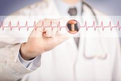 Ένας γιατρός που κρατά ένα χάπι καρδιών Στοκ Φωτογραφία