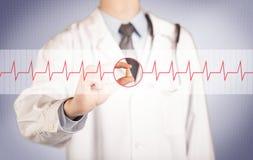 Ένας γιατρός που κρατά ένα χάπι καρδιών Στοκ Φωτογραφίες