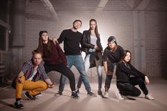 Ένας για όλους και όλους για έναν φίλοι ενθαρρυντικοί υποστηρικτές Στοκ φωτογραφία με δικαίωμα ελεύθερης χρήσης