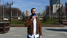 Ένας δημοσιογράφος TV υποβάλλει έκθεση από την οδό φιλμ μικρού μήκους